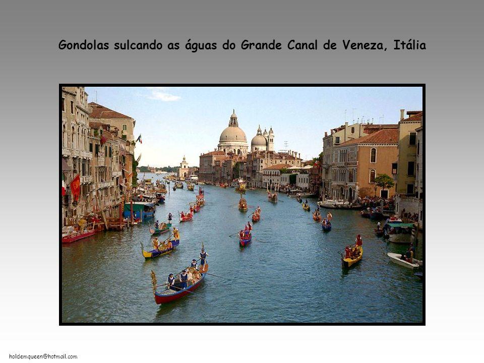 Gondolas sulcando as águas do Grande Canal de Veneza, Itália