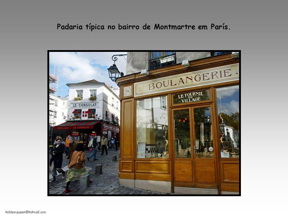 Padaria típica no bairro de Montmartre em París.