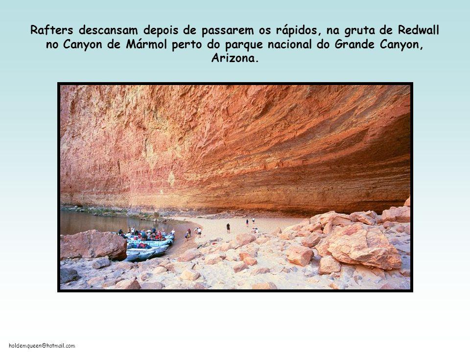 Rafters descansam depois de passarem os rápidos, na gruta de Redwall no Canyon de Mármol perto do parque nacional do Grande Canyon, Arizona.