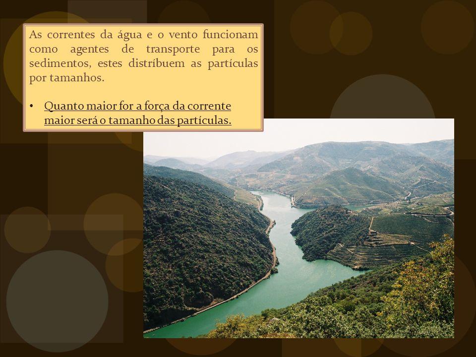 As correntes da água e o vento funcionam como agentes de transporte para os sedimentos, estes distríbuem as partículas por tamanhos.