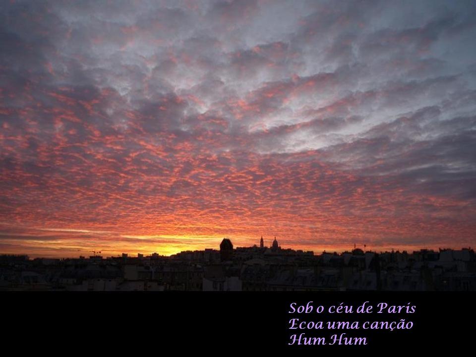 Sob o céu de Paris Ecoa uma canção Hum Hum