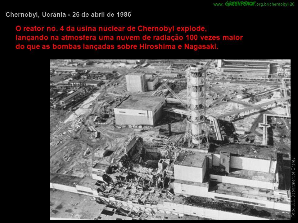 O reator no. 4 da usina nuclear de Chernobyl explode,