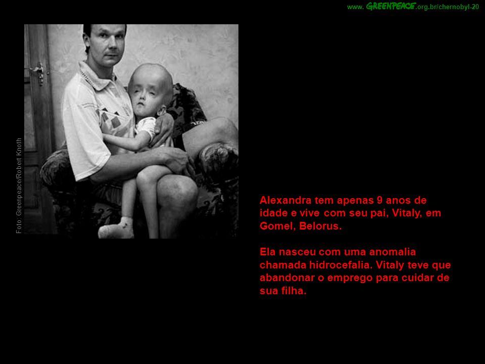 .org.br/chernobyl-20 www. Foto: Greenpeace/Robert Knoth. Alexandra tem apenas 9 anos de idade e vive com seu pai, Vitaly, em Gomel, Belorus.