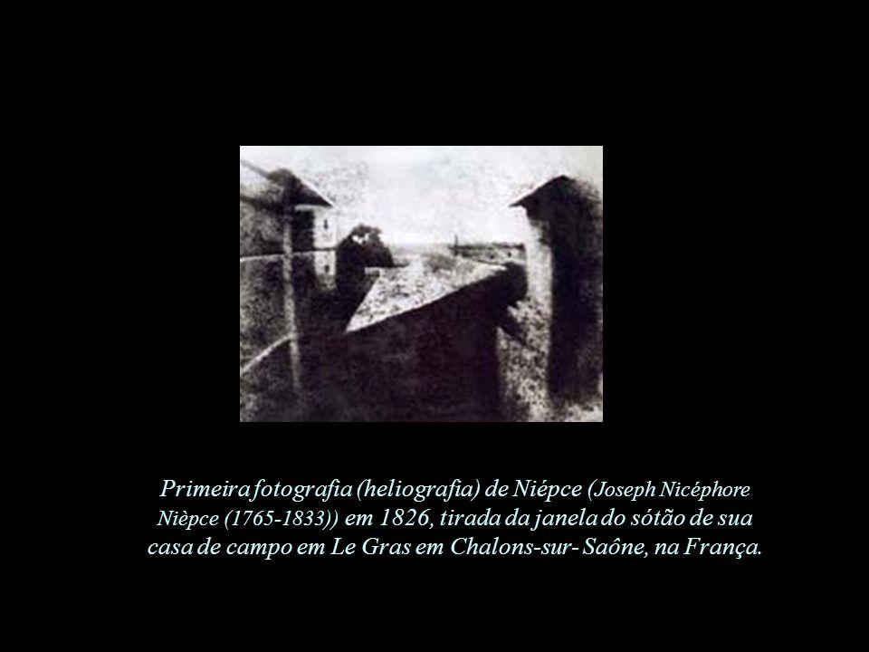Primeira fotografia (heliografia) de Niépce (Joseph Nicéphore Nièpce (1765-1833)) em 1826, tirada da janela do sótão de sua casa de campo em Le Gras em Chalons-sur- Saône, na França.