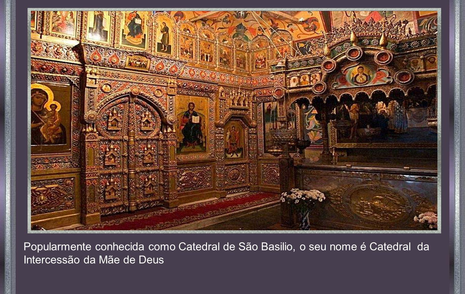 Popularmente conhecida como Catedral de São Basilio, o seu nome é Catedral da Intercessão da Mãe de Deus