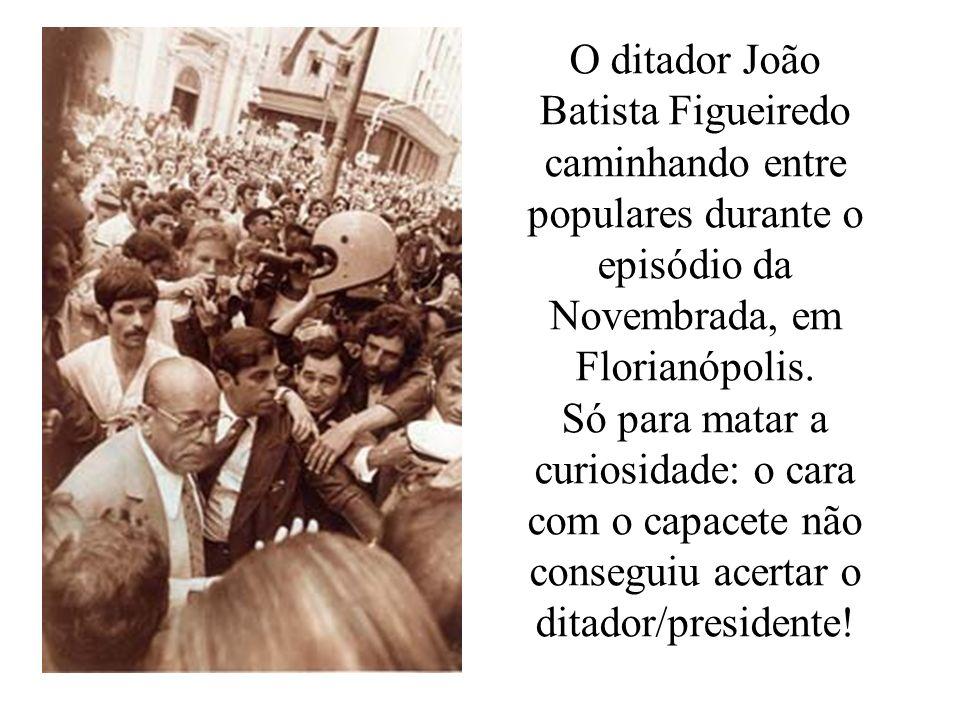 O ditador João Batista Figueiredo caminhando entre populares durante o episódio da Novembrada, em Florianópolis.
