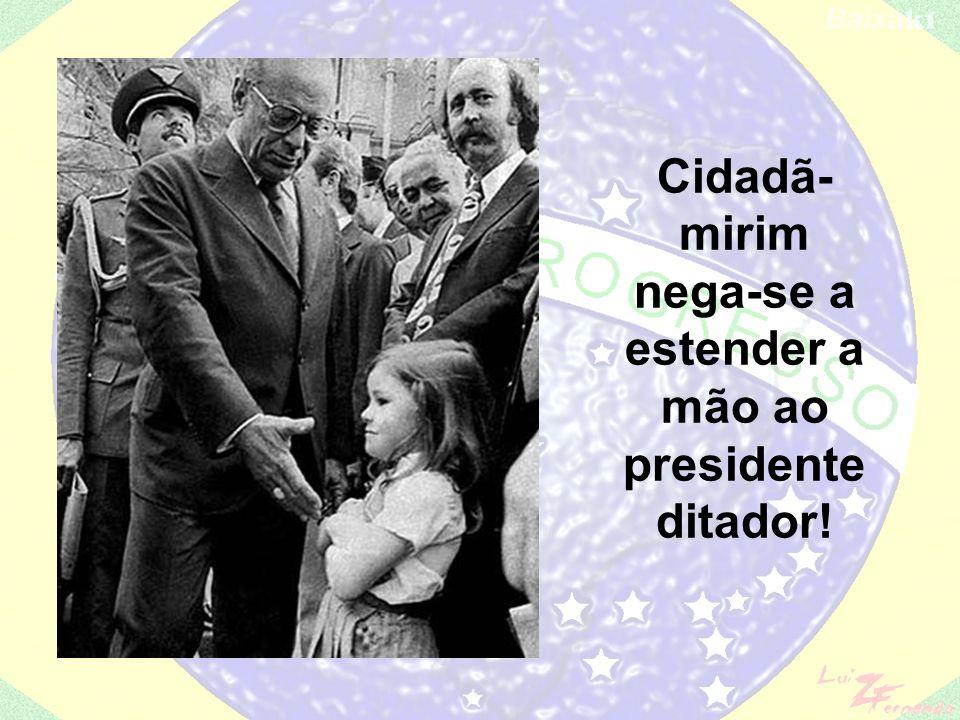 Cidadã-mirim nega-se a estender a mão ao presidente ditador!