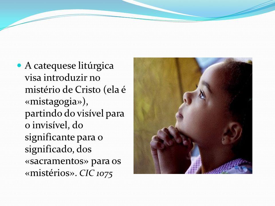 A catequese litúrgica visa introduzir no mistério de Cristo (ela é «mistagogia»), partindo do visível para o invisível, do significante para o significado, dos «sacramentos» para os «mistérios».