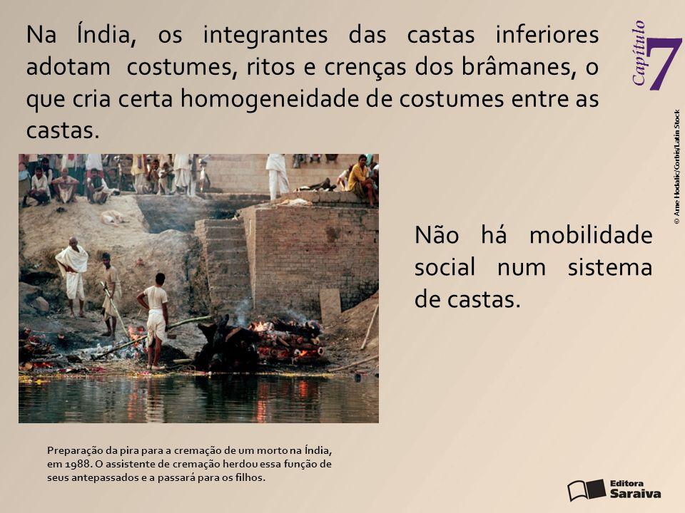 Na Índia, os integrantes das castas inferiores adotam costumes, ritos e crenças dos brâmanes, o que cria certa homogeneidade de costumes entre as castas.