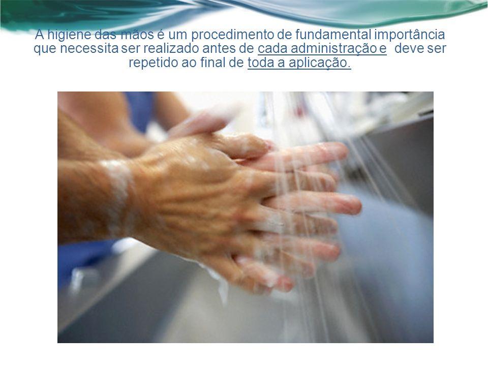 A higiene das mãos é um procedimento de fundamental importância que necessita ser realizado antes de cada administração e deve ser repetido ao final de toda a aplicação.