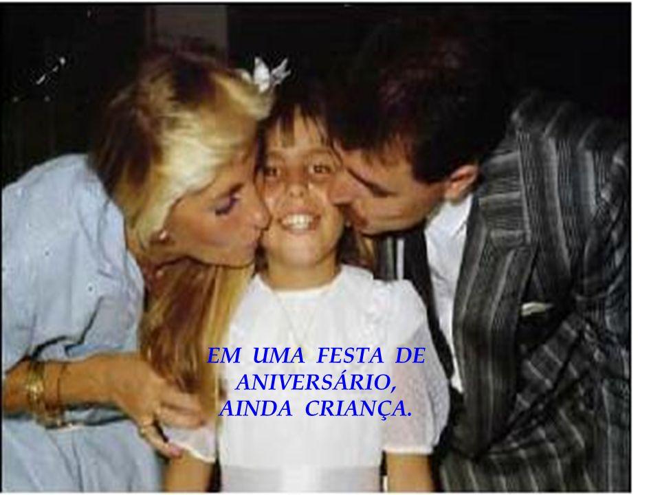 EM UMA FESTA DE ANIVERSÁRIO, AINDA CRIANÇA.