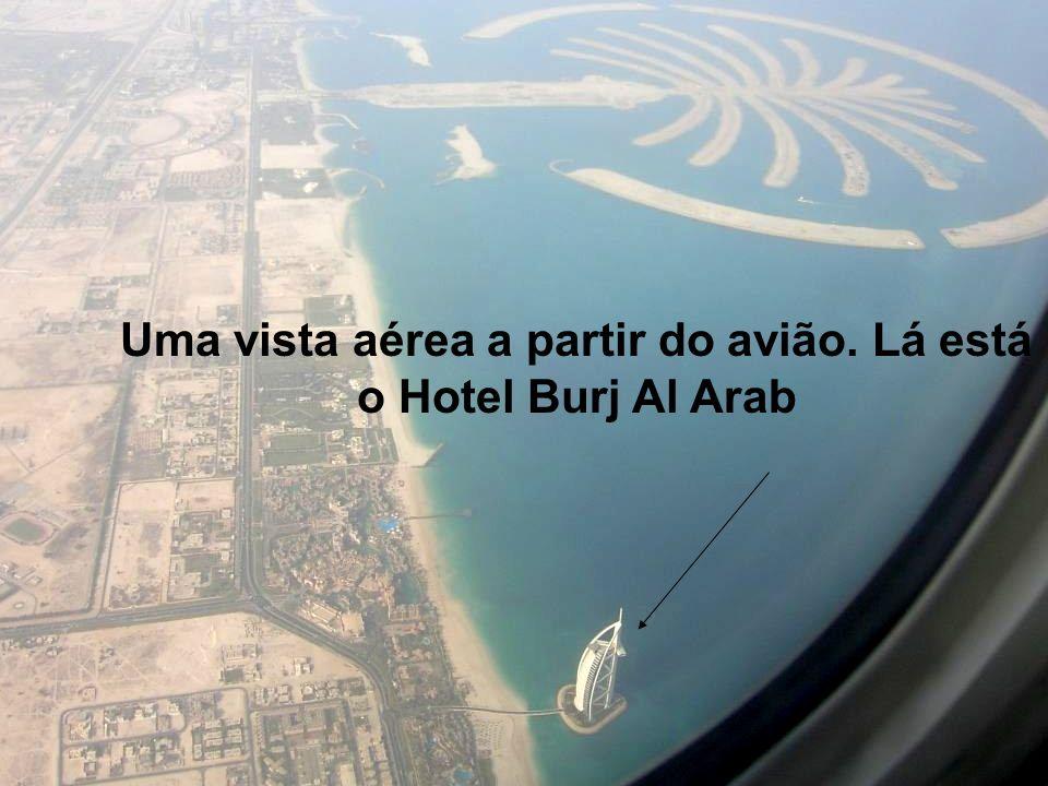 Uma vista aérea a partir do avião. Lá está o Hotel Burj Al Arab