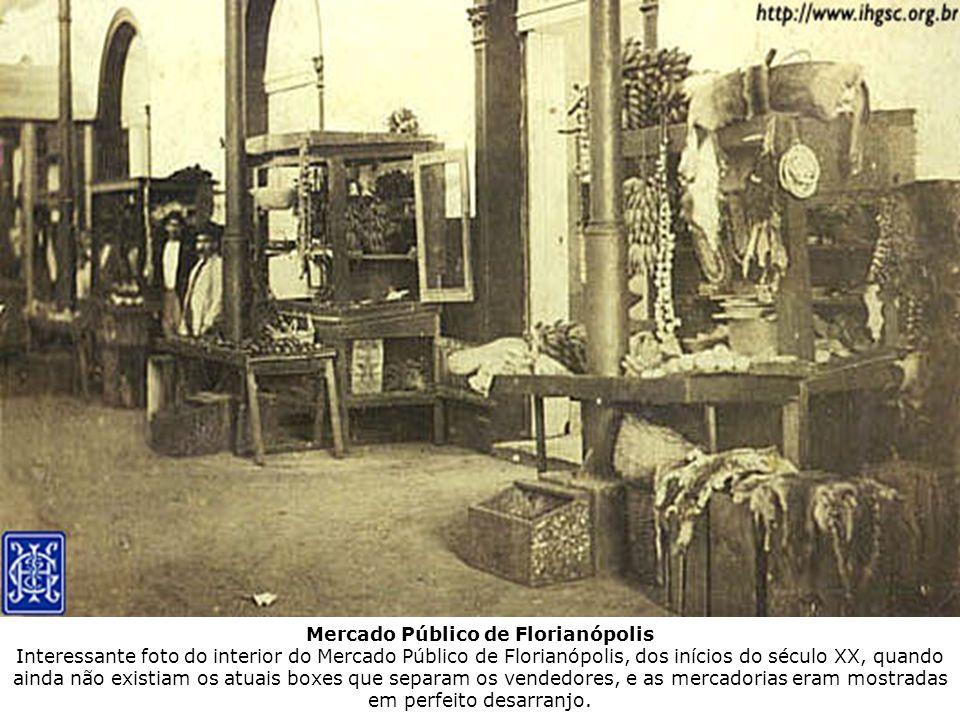 Mercado Público de Florianópolis Interessante foto do interior do Mercado Público de Florianópolis, dos inícios do século XX, quando ainda não existiam os atuais boxes que separam os vendedores, e as mercadorias eram mostradas em perfeito desarranjo.