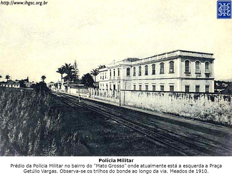 Polícia Militar Prédio da Polícia Militar no bairro do Mato Grosso onde atualmente está a esquerda a Praça Getúlio Vargas.