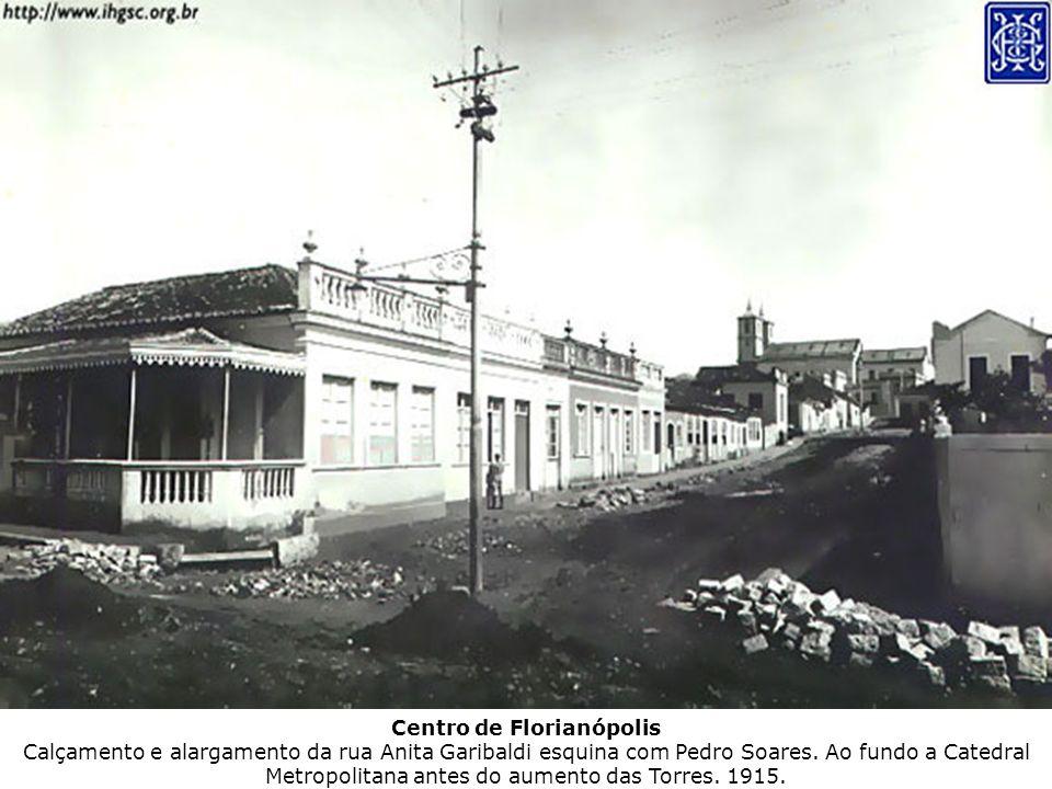 Centro de Florianópolis Calçamento e alargamento da rua Anita Garibaldi esquina com Pedro Soares.