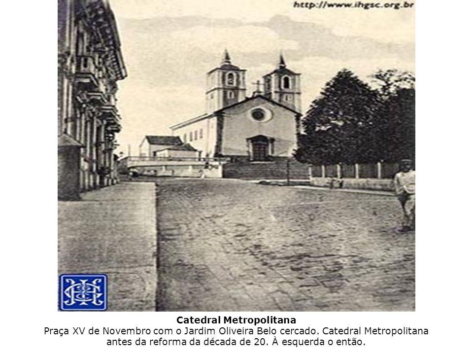 Catedral Metropolitana Praça XV de Novembro com o Jardim Oliveira Belo cercado.