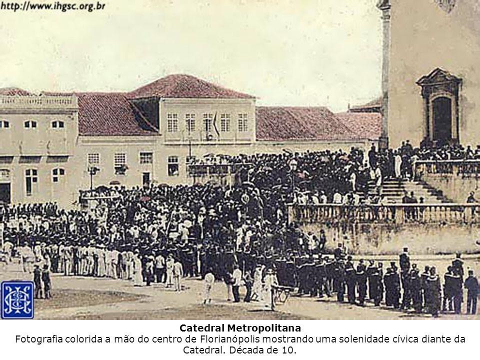 Catedral Metropolitana Fotografia colorida a mão do centro de Florianópolis mostrando uma solenidade cívica diante da Catedral.