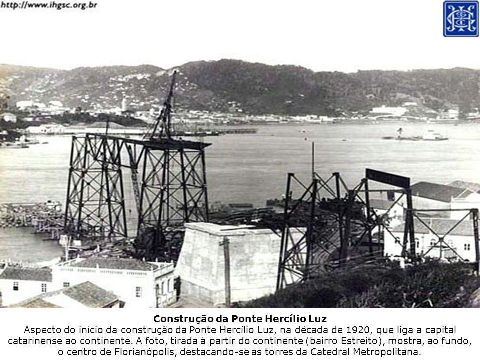 Construção da Ponte Hercílio Luz Aspecto do início da construção da Ponte Hercílio Luz, na década de 1920, que liga a capital catarinense ao continente.
