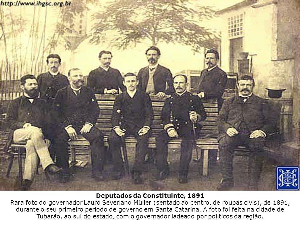 Deputados da Constituinte, 1891 Rara foto do governador Lauro Severiano Müller (sentado ao centro, de roupas civis), de 1891, durante o seu primeiro período de governo em Santa Catarina.