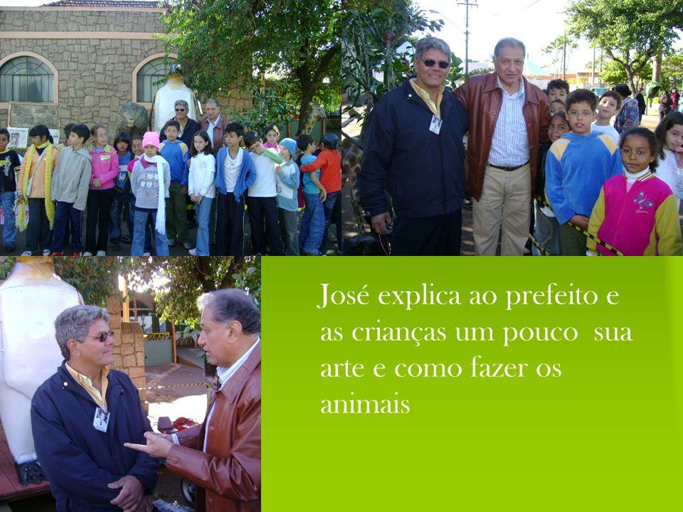 José explica ao prefeito e as crianças um pouco sua arte e como fazer os animais