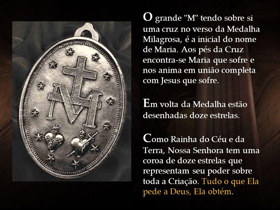 O grande M tendo sobre si uma cruz no verso da Medalha Milagrosa, é a inicial do nome de Maria.
