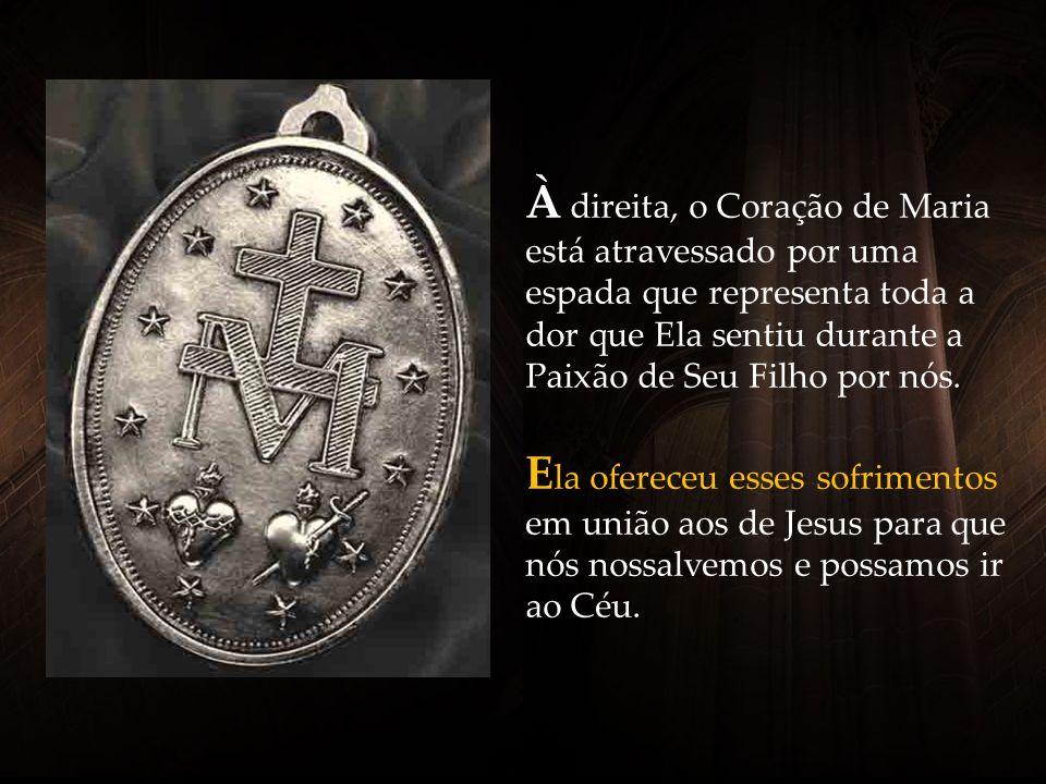 À direita, o Coração de Maria está atravessado por uma espada que representa toda a dor que Ela sentiu durante a Paixão de Seu Filho por nós.