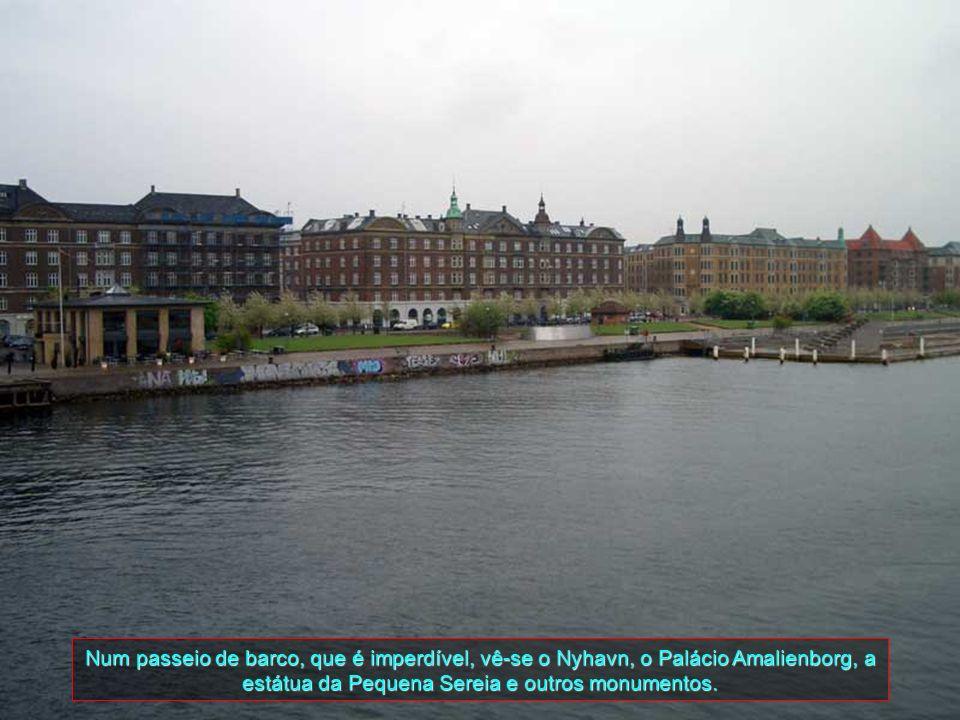 Num passeio de barco, que é imperdível, vê-se o Nyhavn, o Palácio Amalienborg, a estátua da Pequena Sereia e outros monumentos.