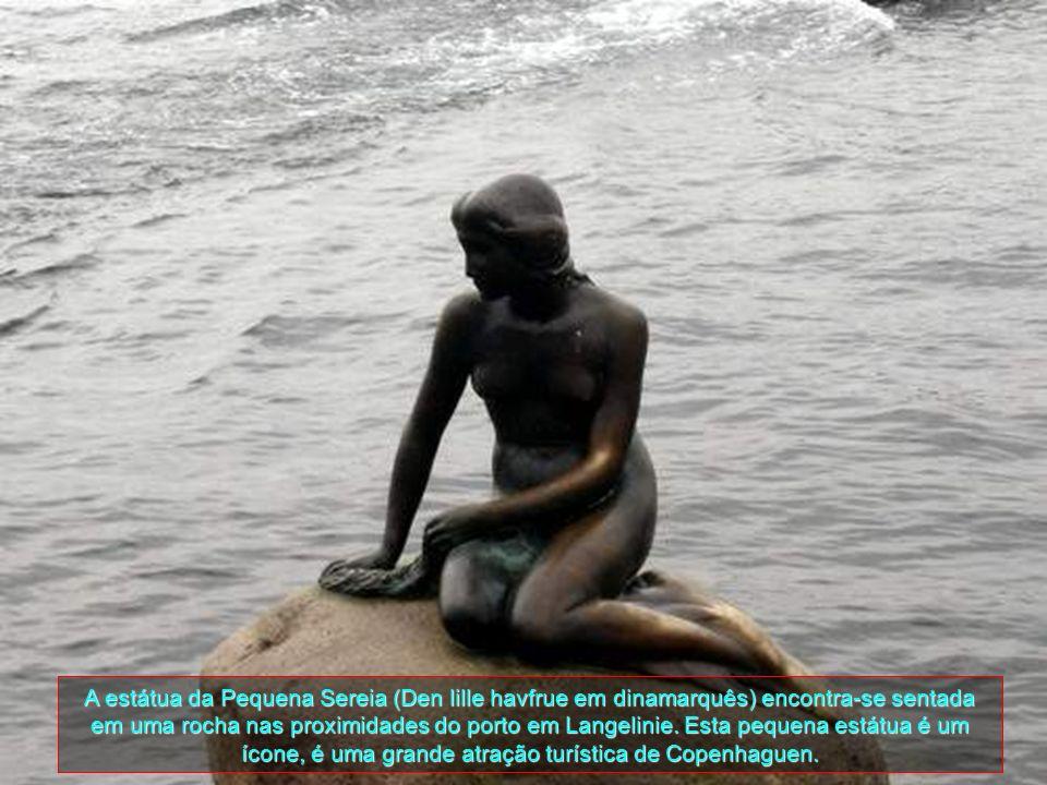 A estátua da Pequena Sereia (Den lille havfrue em dinamarquês) encontra-se sentada em uma rocha nas proximidades do porto em Langelinie.