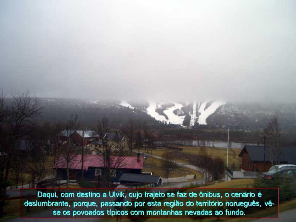 Daqui, com destino a Ulvik, cujo trajeto se faz de ônibus, o cenário é deslumbrante, porque, passando por esta região do território norueguês, vê-se os povoados típicos com montanhas nevadas ao fundo.