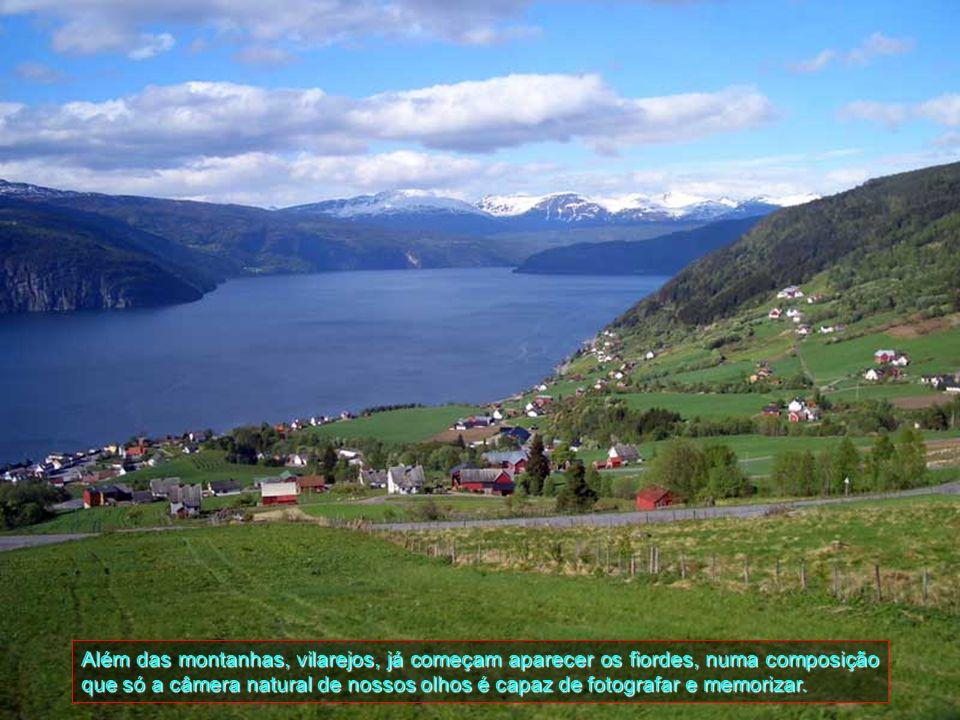 Além das montanhas, vilarejos, já começam aparecer os fiordes, numa composição que só a câmera natural de nossos olhos é capaz de fotografar e memorizar.