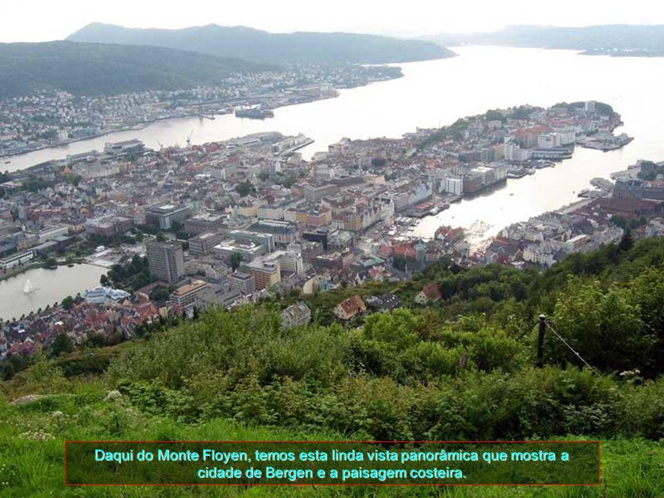 Daqui do Monte Floyen, temos esta linda vista panorâmica que mostra a cidade de Bergen e a paisagem costeira.