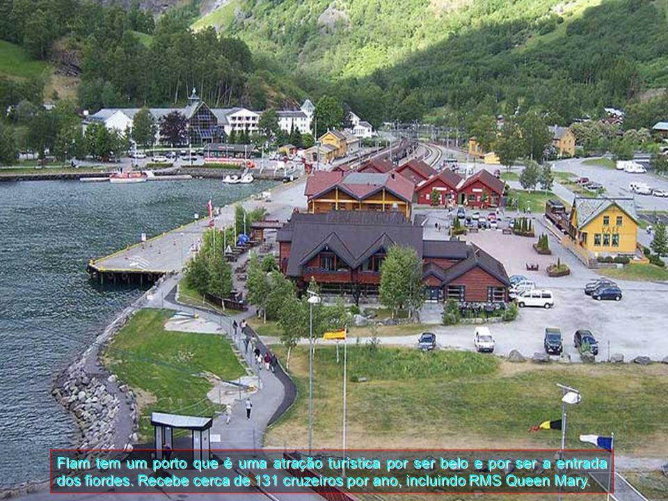 Flam tem um porto que é uma atração turística por ser belo e por ser a entrada dos fiordes.