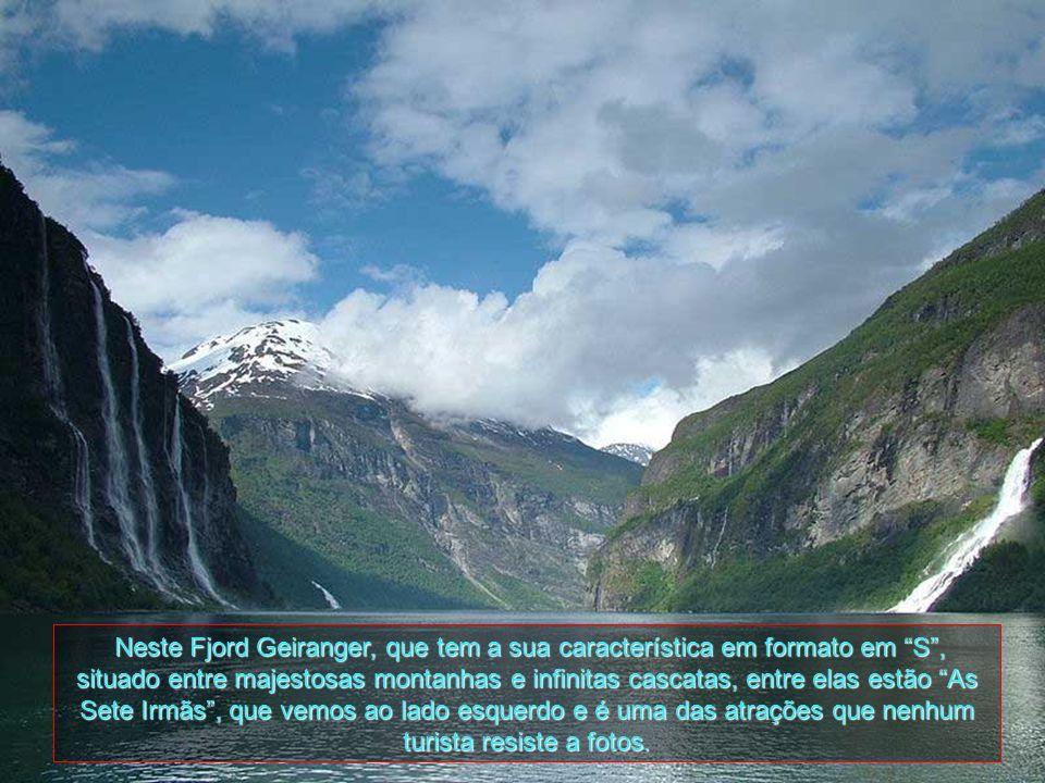 Neste Fjord Geiranger, que tem a sua característica em formato em S , situado entre majestosas montanhas e infinitas cascatas, entre elas estão As Sete Irmãs , que vemos ao lado esquerdo e é uma das atrações que nenhum turista resiste a fotos.