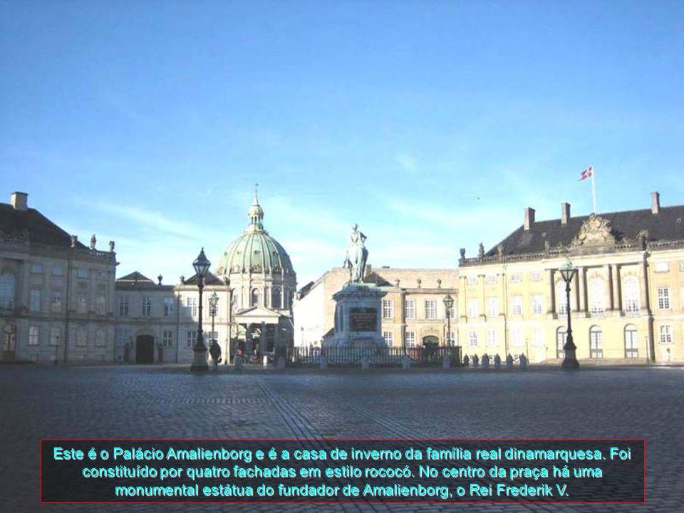 Este é o Palácio Amalienborg e é a casa de inverno da família real dinamarquesa.