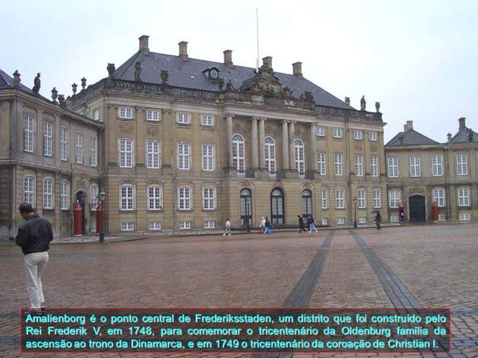 Amalienborg é o ponto central de Frederiksstaden, um distrito que foi construído pelo Rei Frederik V, em 1748, para comemorar o tricentenário da Oldenburg família da ascensão ao trono da Dinamarca, e em 1749 o tricentenário da coroação de Christian I.