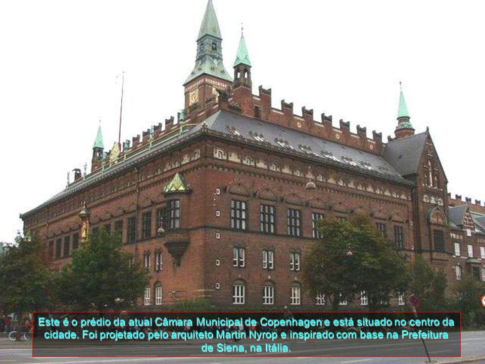 Este é o prédio da atual Câmara Municipal de Copenhagen e está situado no centro da cidade.