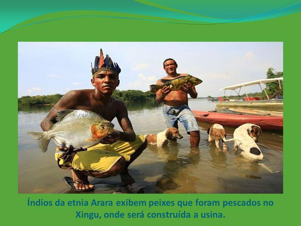 Índios da etnia Arara exibem peixes que foram pescados no Xingu, onde será construída a usina.
