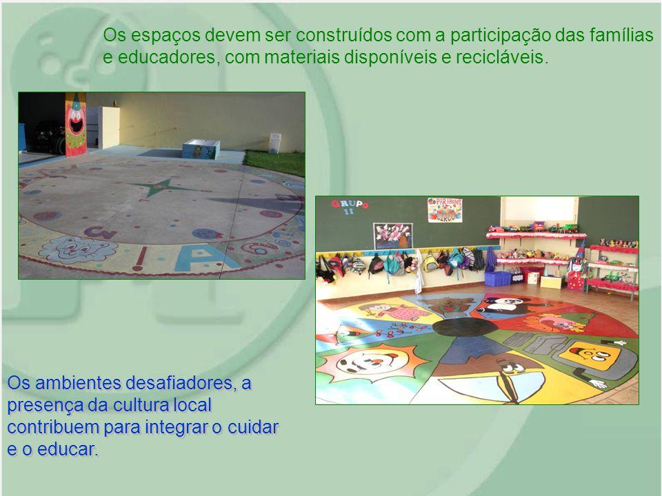 Os espaços devem ser construídos com a participação das famílias e educadores, com materiais disponíveis e recicláveis.