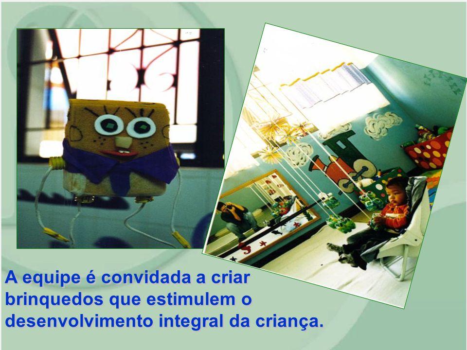 A equipe é convidada a criar brinquedos que estimulem o desenvolvimento integral da criança.