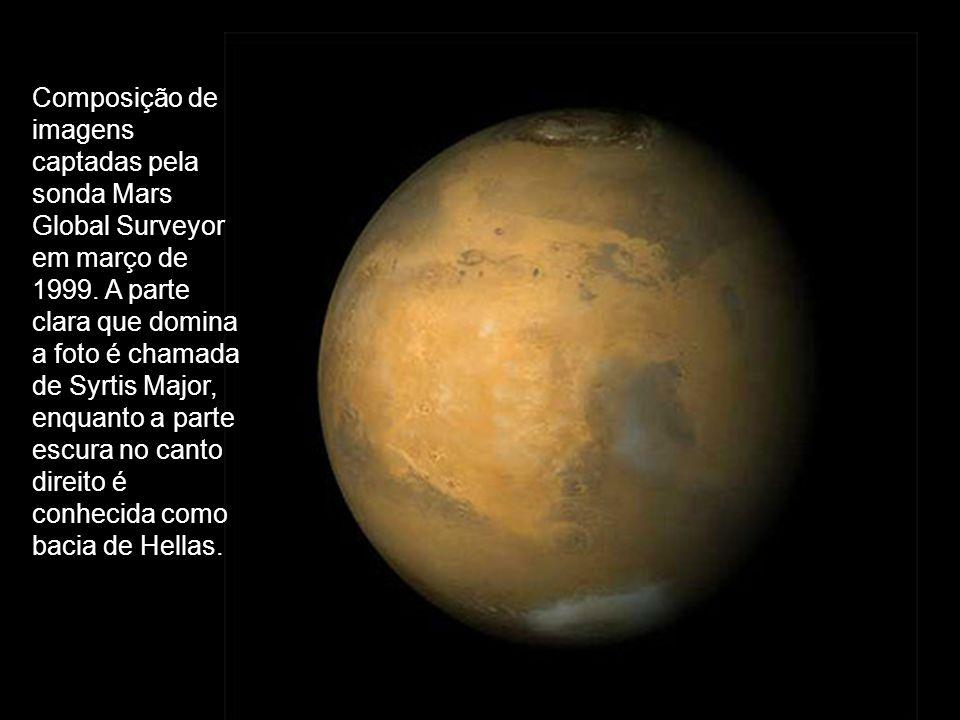 Composição de imagens captadas pela sonda Mars Global Surveyor em março de 1999. A parte clara que domina a foto é chamada de Syrtis Major, enquanto a parte escura no canto direito é conhecida como