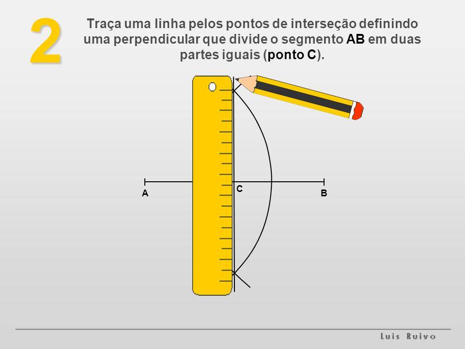 2 Traça uma linha pelos pontos de interseção definindo uma perpendicular que divide o segmento AB em duas partes iguais (ponto C).