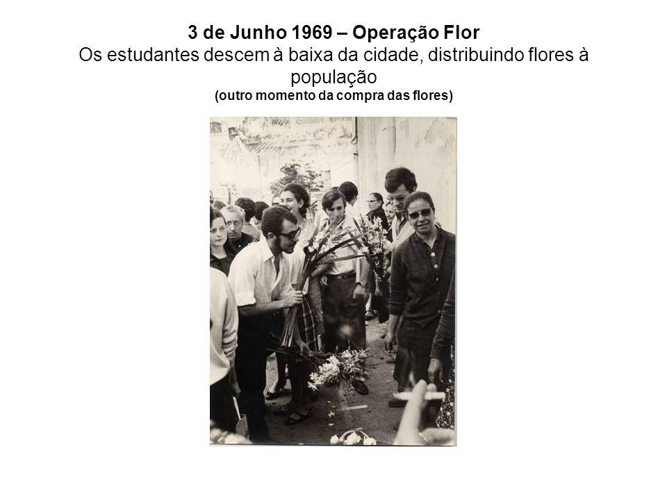 3 de Junho 1969 – Operação Flor Os estudantes descem à baixa da cidade, distribuindo flores à população (outro momento da compra das flores)