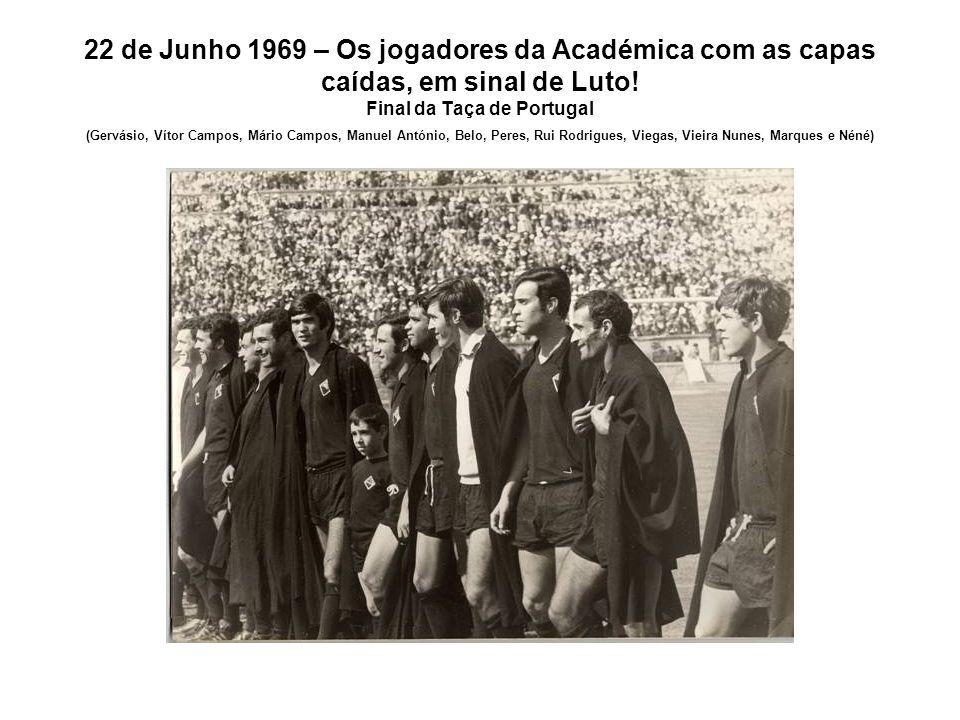 22 de Junho 1969 – Os jogadores da Académica com as capas caídas, em sinal de Luto.