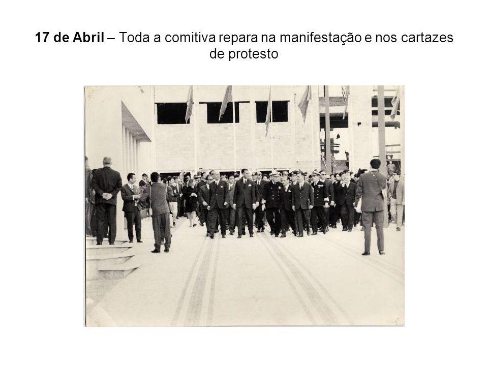17 de Abril – Toda a comitiva repara na manifestação e nos cartazes de protesto