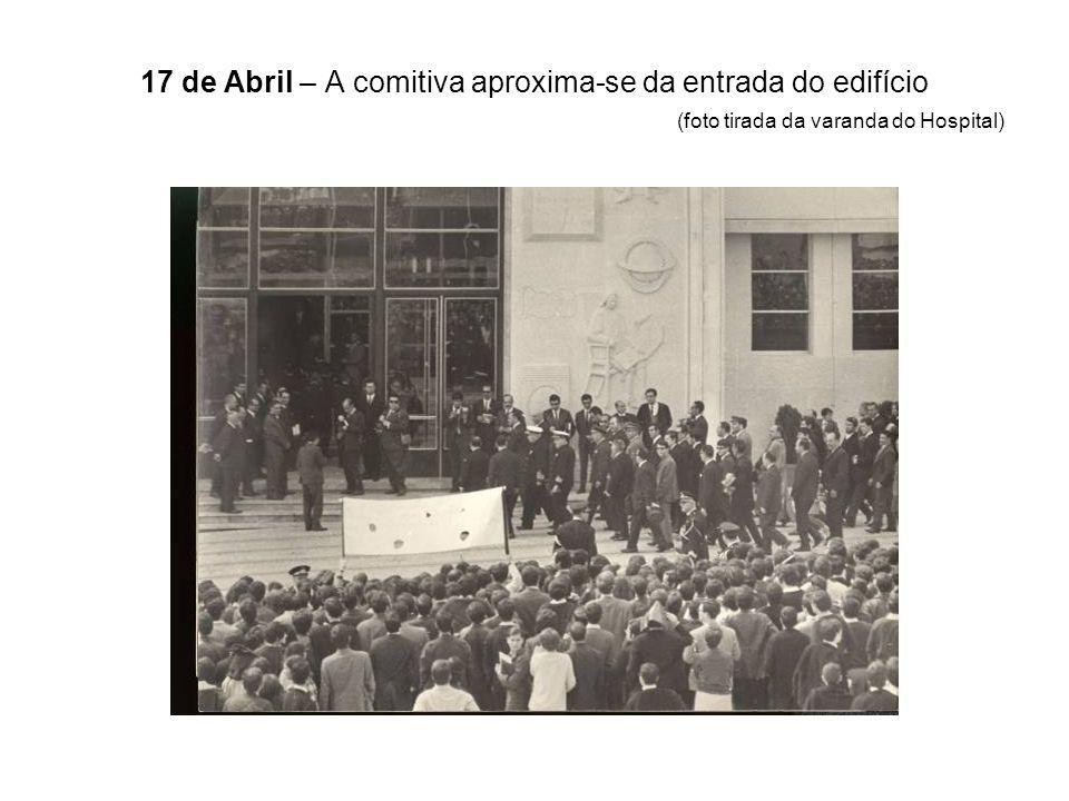 17 de Abril – A comitiva aproxima-se da entrada do edifício (foto tirada da varanda do Hospital)