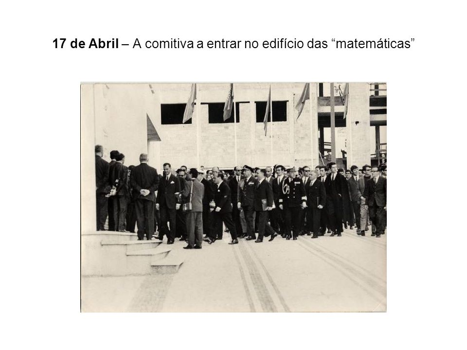 17 de Abril – A comitiva a entrar no edifício das matemáticas