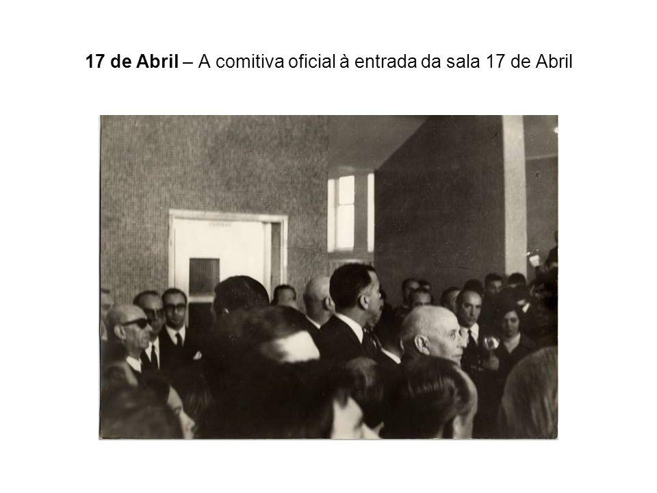 17 de Abril – A comitiva oficial à entrada da sala 17 de Abril