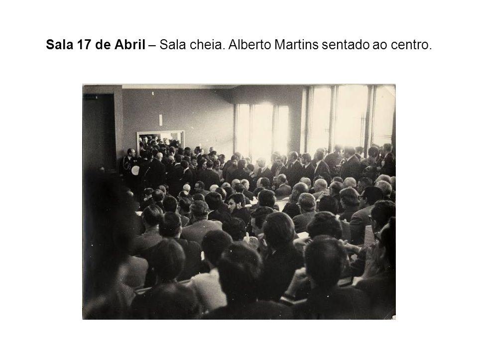 Sala 17 de Abril – Sala cheia. Alberto Martins sentado ao centro.