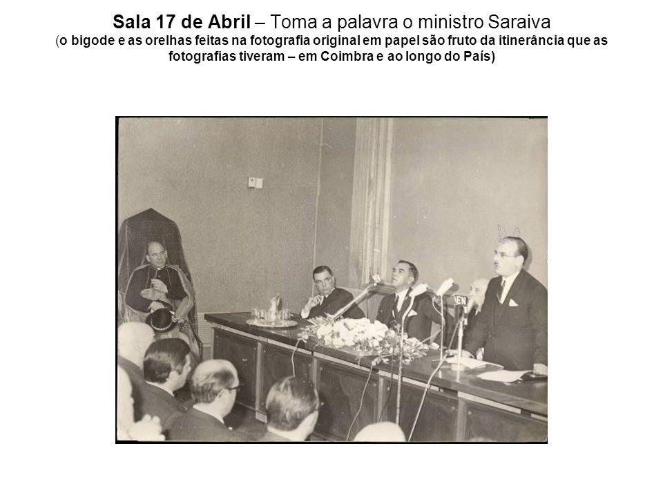 Sala 17 de Abril – Toma a palavra o ministro Saraiva (o bigode e as orelhas feitas na fotografia original em papel são fruto da itinerância que as fotografias tiveram – em Coimbra e ao longo do País)