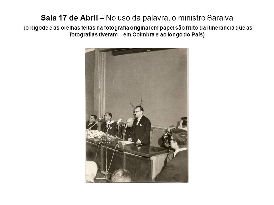 Sala 17 de Abril – No uso da palavra, o ministro Saraiva (o bigode e as orelhas feitas na fotografia original em papel são fruto da itinerância que as fotografias tiveram – em Coimbra e ao longo do País)